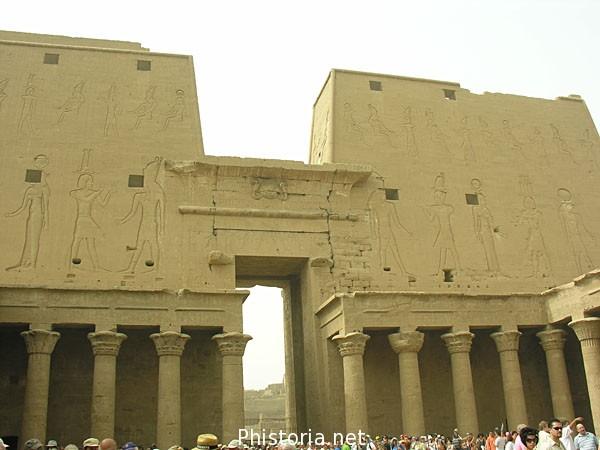 Patio De Templo De Edfu Egipto. Historia